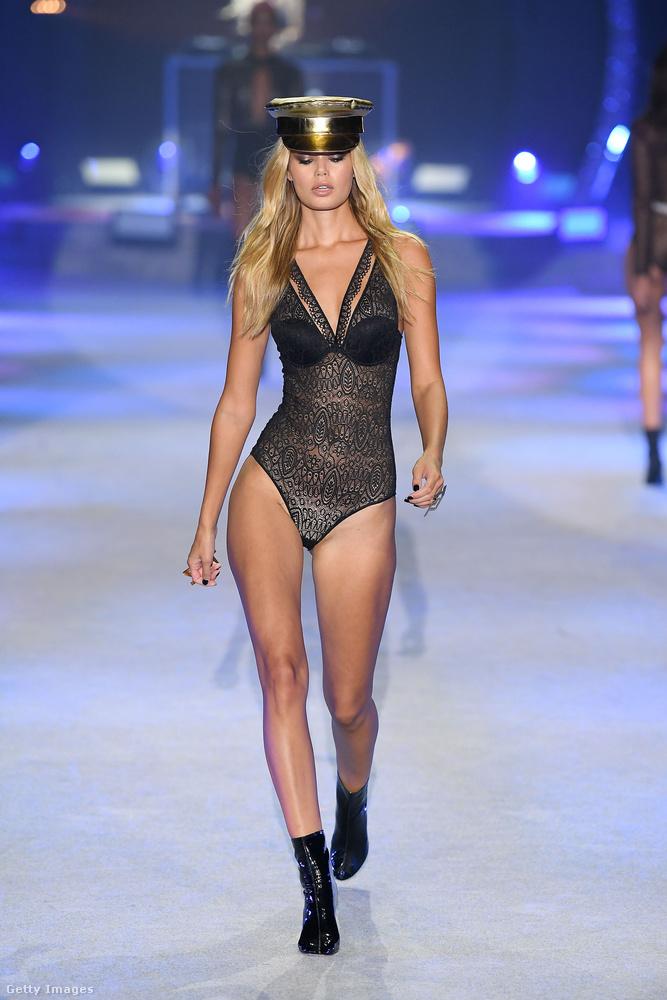 Paris Hilton szeret modellek közé járni - ha már nem emlékszik, hogyan jelent meg tavaly a Plein Sportnál, kattintson ide!