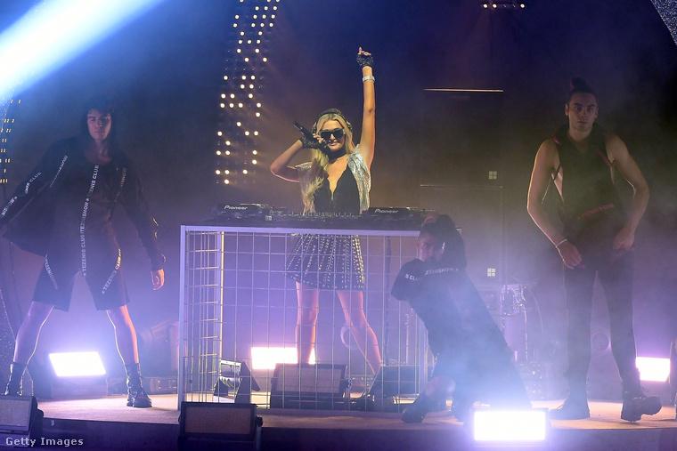 Na és aztán Paris Hilton bedobta magát, mint énekesnő/MC és DJ.