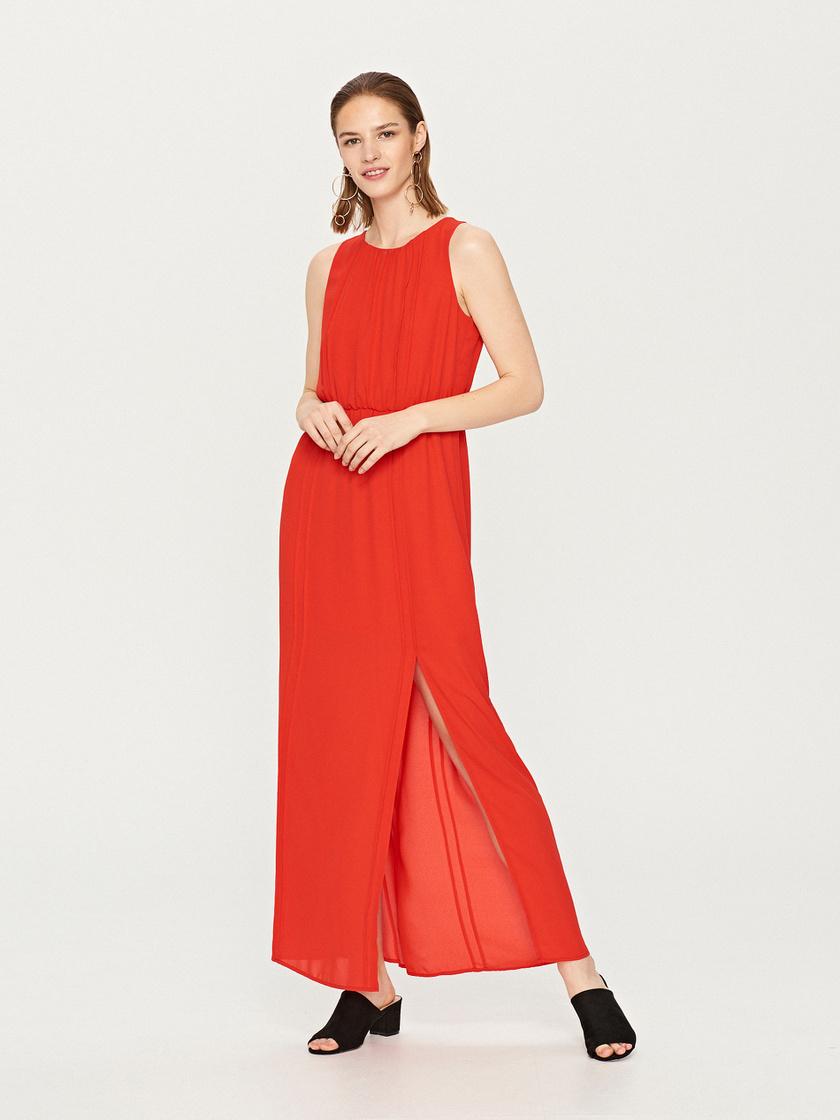 Egyszerű, nőies és dögös ez a piros maxiruha, amin garantáltan minden férfi szeme megakad. A felsliccelésnek köszönhetően még hosszabbnak mutatja a lábakat. Ára a Reservedben 4995 forint.
