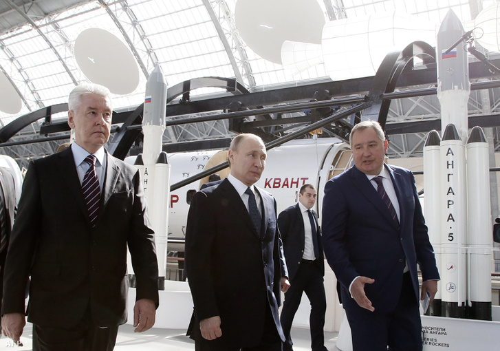 Dmitrij Rogozin (b) és Vlagyimir Putyin (k)