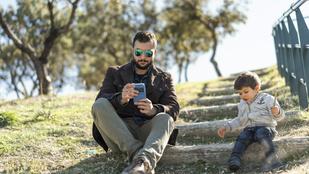 Súlyos károkat okozunk gyerekeinknek a telefonhasználatunkkal