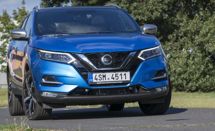 A facelift lényege: a Nissan-trapéz lenyúlik egészen a tolatóradarok szintjéig, és több rajta az él