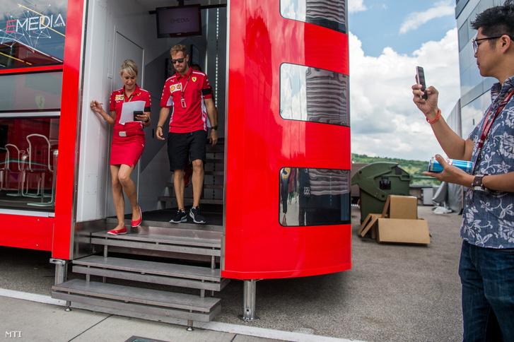 Sebastian Vettel, a Ferrari német versenyzője a Forma-1-es Magyar Nagydíj első napján a mogyoródi Hungaroringen 2018. július 26-án. Karján fekete szalag a 2018. július 25-én elhunyt Sergio Marchionne, a Fiat Chrysler Automobiles (FCA) és a Ferrari volt vezérigazgatója emlékére.