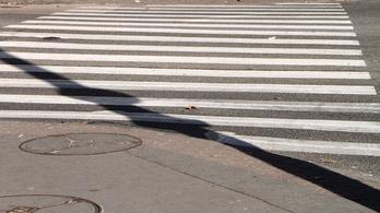 Zebrán gázoltak el egy négyéves kislányt az édesanyjával