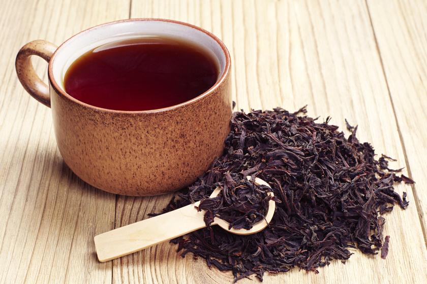 A fekete tea csersavtartalma miatt izzadásgátló hatással is rendelkezik. Főzz belőle egy erőset, majd vattapamacs segítségével mosd át vele reggel a hónaljadat, hagyd megszáradni, és jöhet a dezodor.