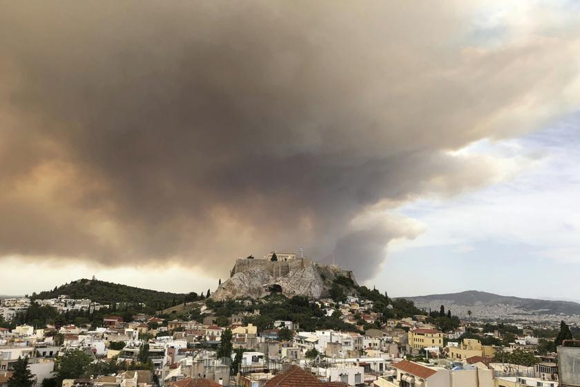 A görög fővárostól nyugatra pusztító erdőtűz füstje gomolyog az athéni Akropolisz fölött.