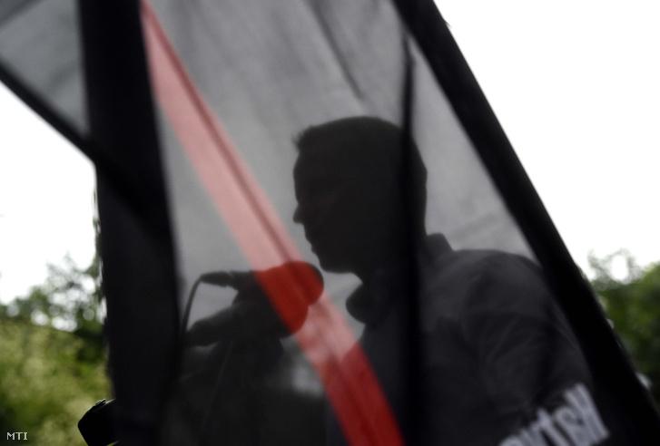 Toroczkai László a Romániában terrorizmusért elítélt kézdivásárhelyi székely fiatalok szabadon bocsátását követelő tüntetésen Románia budapesti nagykövetsége előtt 2018. július 11-én.