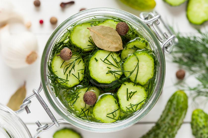 Hagymás uborkasaláta savanyítva: így marad élénkzöld