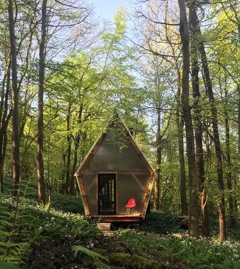 A bájos erdei házikót Dél-Angliában, Bath városa közelében állították fel egy erdő közepén.