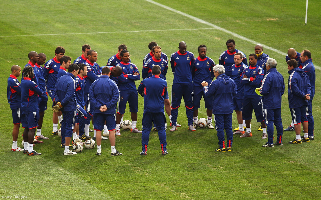 Raymond Domenech eligazítást tart a francia csapatnak a 2010-es dél-afrikai világbajnokságon