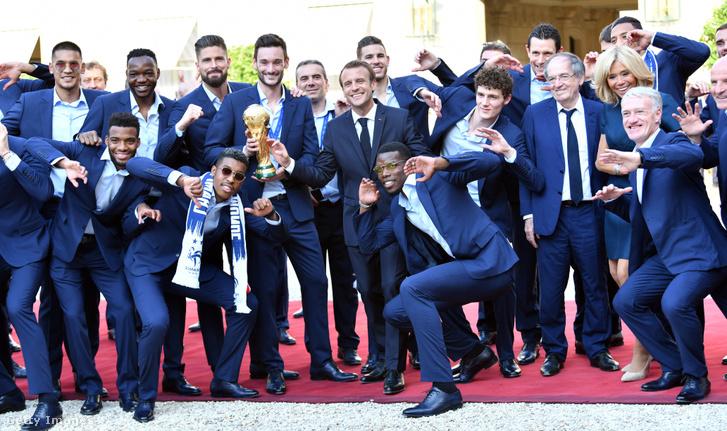 Macron elnök fogadja a francia csapatot az Elysee palota előtt, 2018. július 16-án
