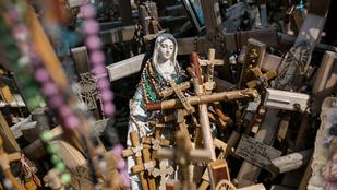Bámulatosan szürreális és végtelen: megszámlálhatatlan kereszt, feszület, Jézus- és Mária-ábrázolás egy helyen