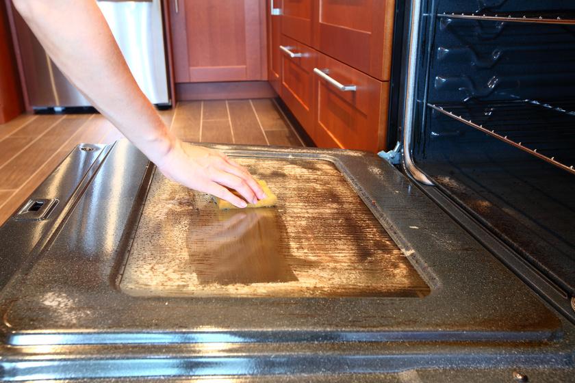 A ragacsos sütőajtóról is leszedi a piszkot: gyors és természetes módszerek