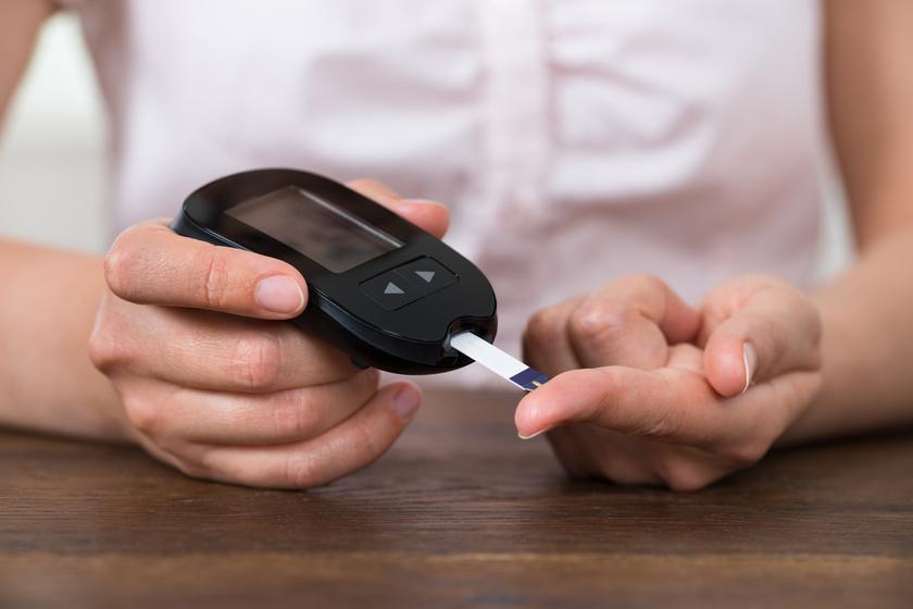 A cukorbetegség legelső jelei közé tartozik az acetonos szagú lehelet. Ha további tünetekkel, többek közt szomjúsággal, fáradtsággal, vérző ínnyel társul, orvosi vizsgálatra van szükség.
