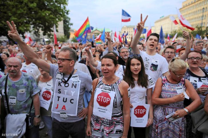 Tüntetők Poznanban július 26-án