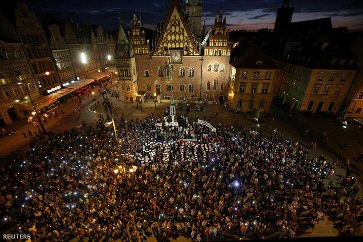 Wroclawban éjszakába nyúlt a tüntetés