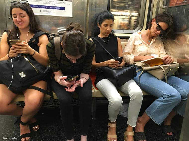 Cserélődnek körülötte az emberek, de hálistennek mindegyiküknek fontosabb a telefonja,