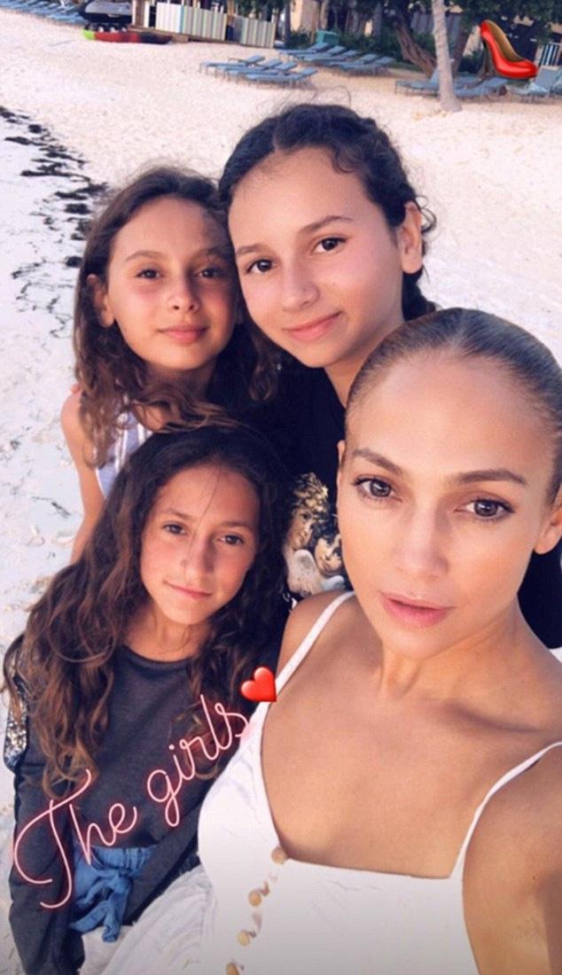 A szürke pulcsis szépség Jennifer Lopez oldalán Emme, az énekesnő háta mögött pedig A-Rod lányai, Ella és Natasha láthatók.