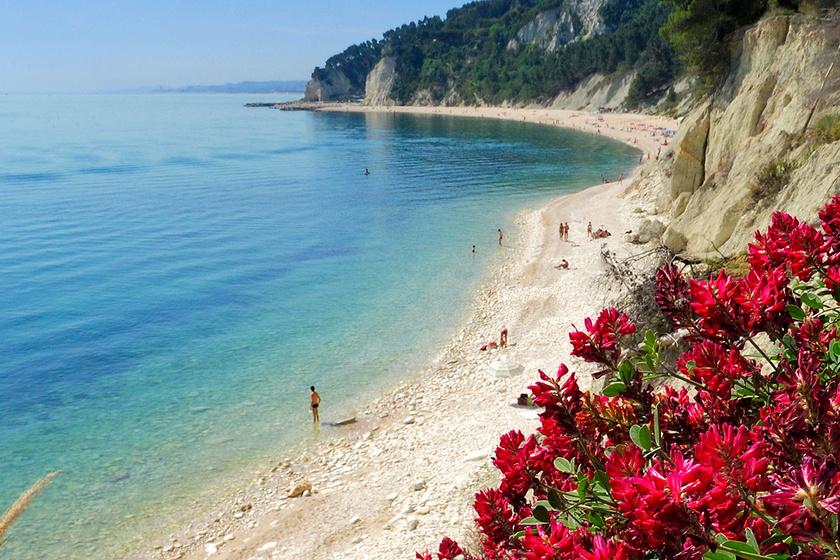 A Green Garden turistafalu Numana város közelében található a tengerparton, Róma és Bologna között félúton. A festői kis üdülőtelep közelében számos gyönyörű partszakasz található. Felnőttek napi 12 euróért - körülbelül 4000 forint -, hat éven aluli gyerekek 6 euróért - körülbelül 2000 forint - szállhatnak itt meg, a sátor díja 20, míg a lakókocsi 25 euró.