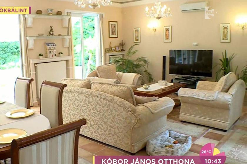 Kóbor János nappalija meseszép, óriási a tér, ráadásul egybe van építve az ebédlővel és a konyhával.
