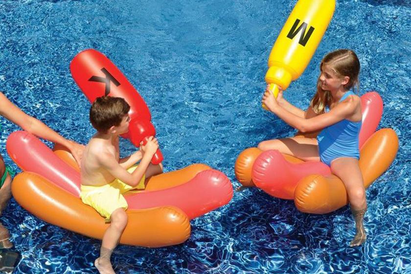 Két hot-dog, melyekről mustárral és majonézzel kell lecsapkodni egymást...
