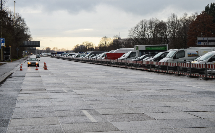 A Nagy Út gránitlapjai a Messezentrum előtt. A látogatók egy részének valószínű fogalma sincs, milyen történelmi helyre parkoltak, ahogy arról se nagyon, hogy innen egy kilométerre micsoda romok állnak. A háttérben például látszik a Kongresszusi Központ teteje