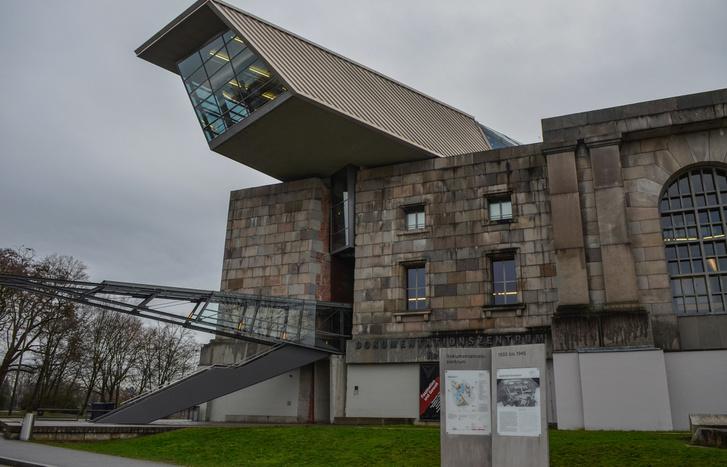 A náci múzeum, azaz a Dokumentationszentrum Reichsparteitagsgelände bejárata, innen megy be a tárlat a Colosseum-szerű épület mélyére