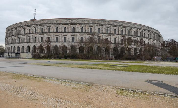 Német nagyvárosban ritka az ilyen rendezetlen környezet, ebből látszik, hogy nem tudja a város, mihez kezdjen a nácik hagyatékával. Ez itt a Kongresszusi Központ, aminek az egyik végében van a múzeum