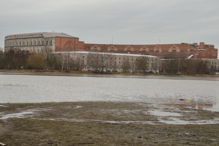 A Kongresszusi Központ hátulról. Ez nem a mérgezett Silbersee, de ez a tó sem valami romantikus