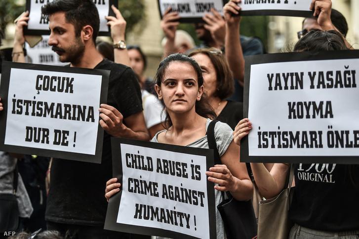 Tüntetés Isztambulban, július 4-én a gyerekek ellen elkövetett bűncselekmények ellen