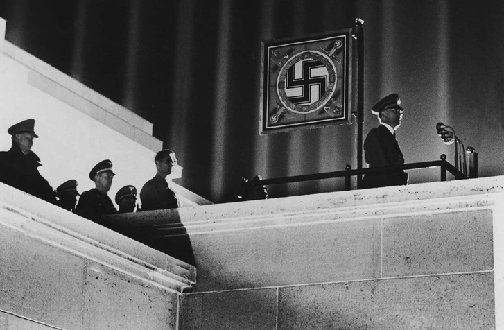 Adolf Hitler AZON a teraszon
