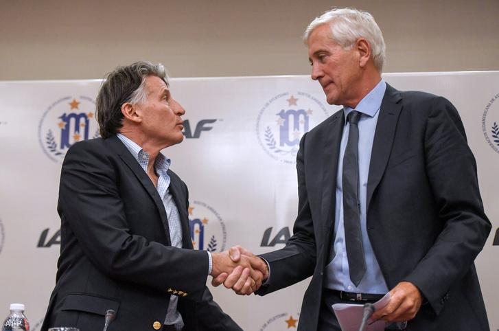 Sebastian Coe, az IAAF elnöke (balra) kezet ráz az IAAF orosz végrehajtó csoportjának vezetőjével, Rune Andersennel a sportszervezet pénteki tanácskozása után