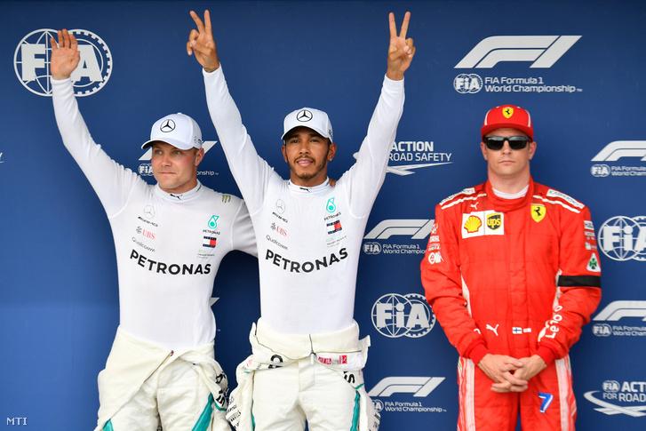 Lewis Hamilton a Mercedes brit versenyzője miután megnyerte a Forma-1-es Magyar Nagydíj időmérő edzését a mogyoródi Hungaroringen 2018. július 28-án.