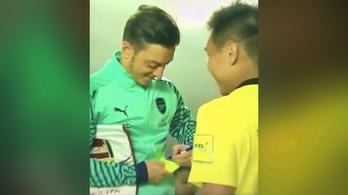 Özil a sárga lapra is osztott egy autogrammot