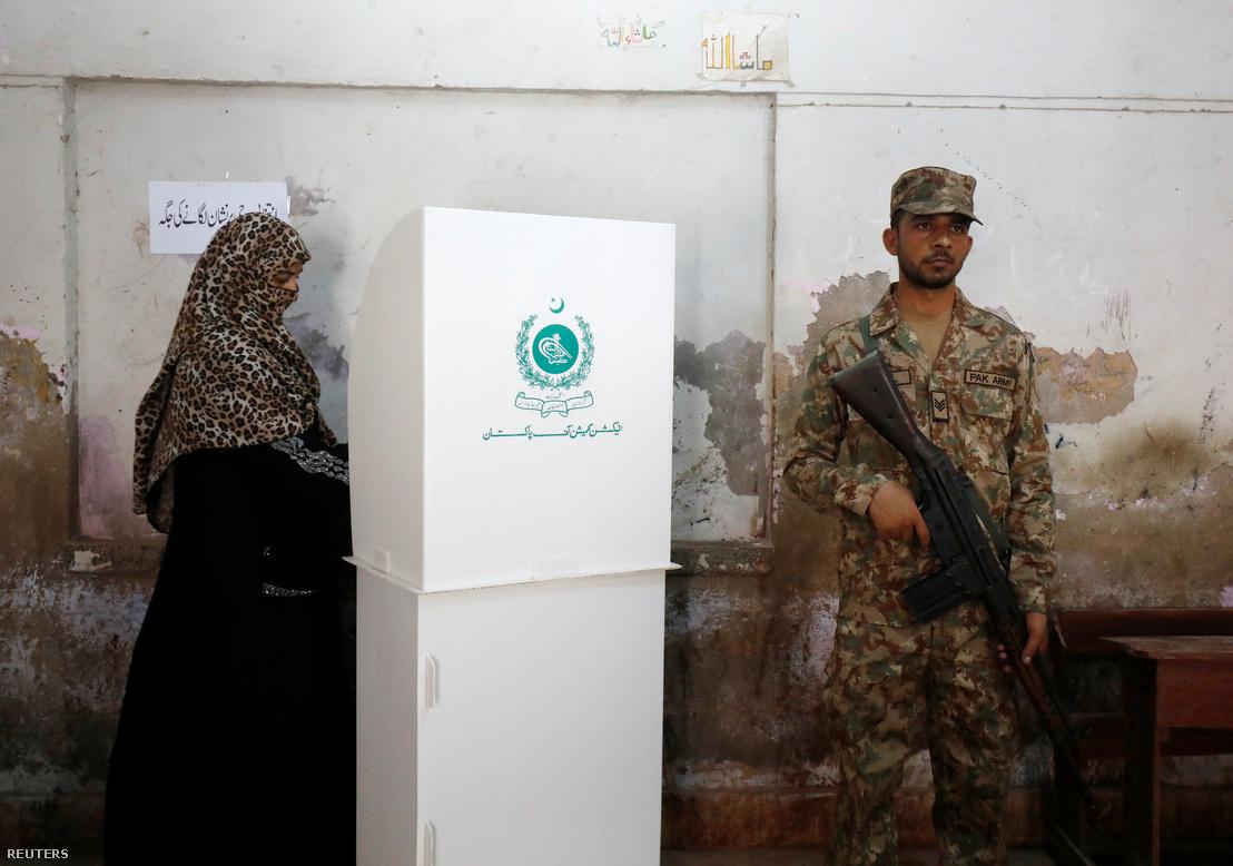 Választást felügyelő katona Karacsiban 2018. július 25-én