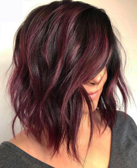 Valami igazán merész frizurára vágysz? Próbáld ki a padlizsán ötven árnyalatát! Félhosszú hajon egyáltalán nem öreges, sőt, nagyon is trendi!