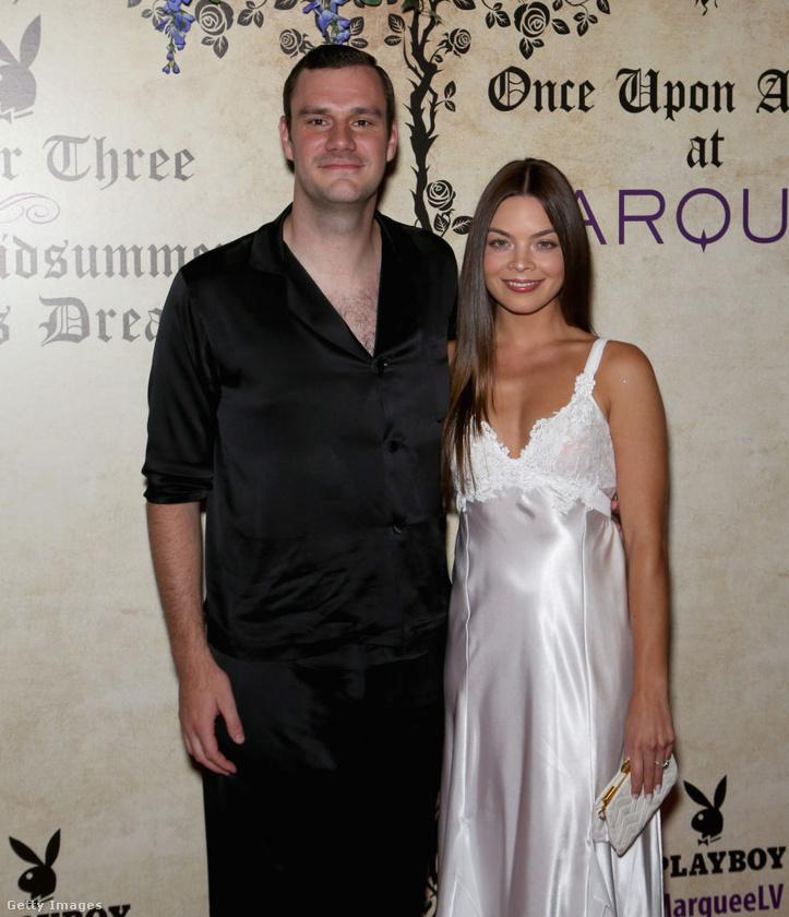 Hugh Hefner fia, a Playboy kreatív igazgatója, Cooper Hefner is tisztetletét tette oldalán egy csinos színésznővel, Scarlett Byrne-vel.
