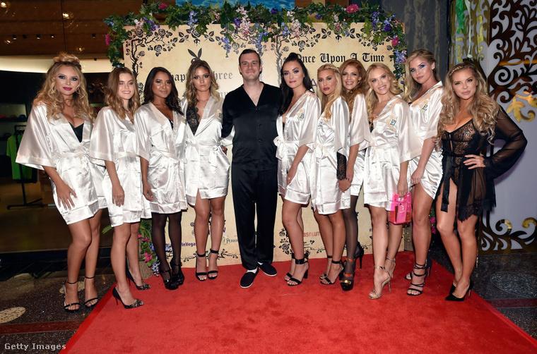 Aztán Hefner mellé beállt 10 nő.