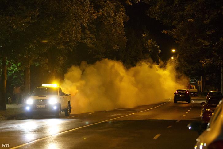 Kémiai szúnyogirtás ködképző generátorral Nagykanizsán 2018. július 19-én éjjel.