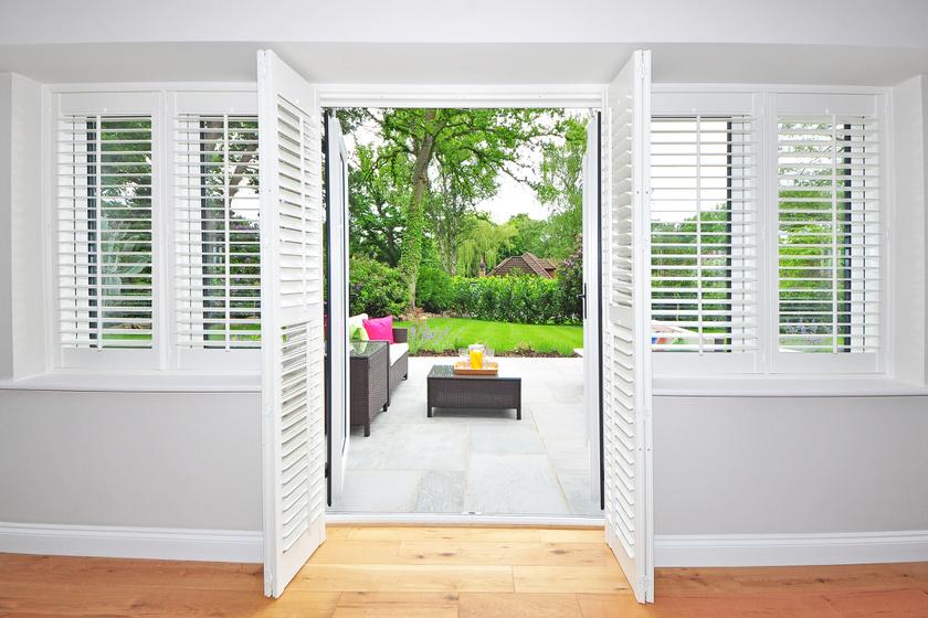 Zárd ki a napot! Ha van spalettád vagy redőnyöd, húzd le. Szerezz be sötétítő függönyt és hővisszaverő fóliát az ablakokra, így kevésbé fog felmelegedni a lakás nyáron.