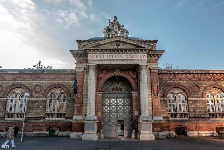 A Szent István Kórház bejárata a főváros IX. kerületében, a Nagyvárad téren.