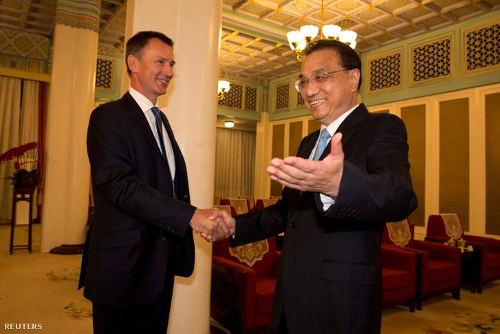 Jeremy Hunt, az Egyesült Királyság külügyminisztere és Li Ko-csiang, a Kínai Népköztársaság miniszterelnöke