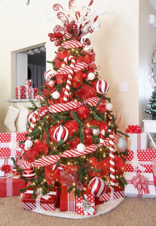A piros tipikus karácsonyi szín: a nagyméretű díszek azonban kicsit közönségessé teszik az amúgy kecses fát.