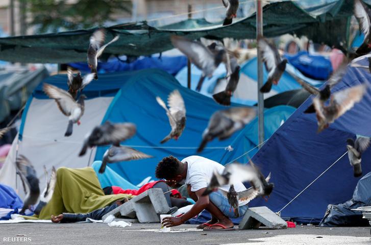 Menekült férfi Rómában 2018. július 12-én