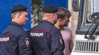 Amint elengedték, egyből letartóztatták a vb-döntőre berohanó Pussy Riot-tagokat