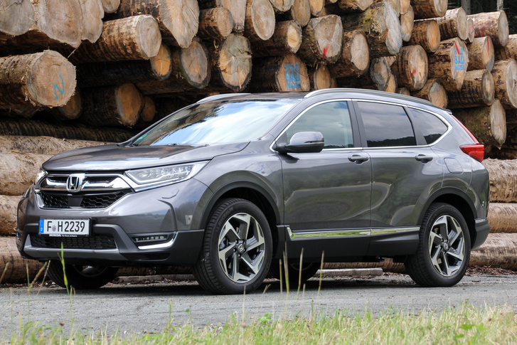 Nem a CR-V lesz az erdészek tipikus autója, de a tiroli hegyek közé tökéletesen passzolt: itt a házak előtt sok helyen parkolt hasonló méretű SUV