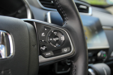 Ha kedvenc részletet kell mondanom a CR-V-ből (a Civicben is ilyenek vannak), akkor az a multikormány gombjainak anyagválasztása és felülete. Selyemfényű plexiből van minden, az ikonok a gombok hátoldalára vannak nyomtatva - ezek nem fognak pár év után lekopni a nyomkodástól, az biztos