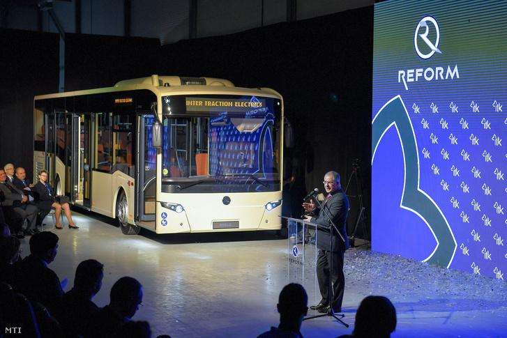Kósa Lajos beszédet mond az Inter Traction Electrics Kft. által kifejlesztett Mercedes-Benz márkájú Reform 500 LE típusú autóbusz-termékcsalád első típusának bemutatóján 2017. december 14-én.