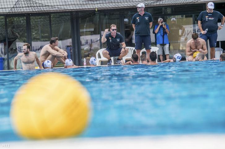 Märcz Tamás szövetségi kapitány (guggol) a férfi vízilabda-válogatott edzésén a margitszigeti Hajós Alfréd Nemzeti Sportuszodában 2018. július 3-án.