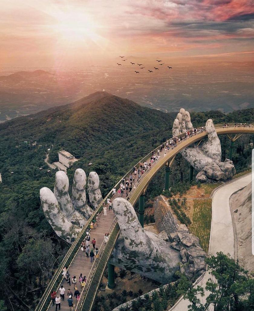 Egészen különleges építészeti remek a Golden Bridge, melyet nemrég nyitottak meg a turisták számára Vietnamban.